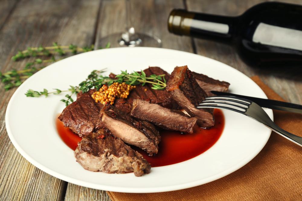 لحم بصلصة الخردل والنبيذ