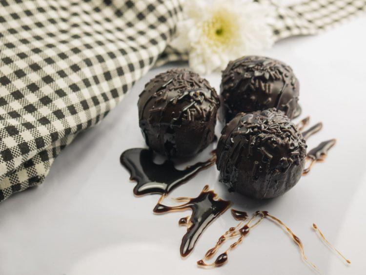 حلوى كرات الشوكولاتة بالتمر