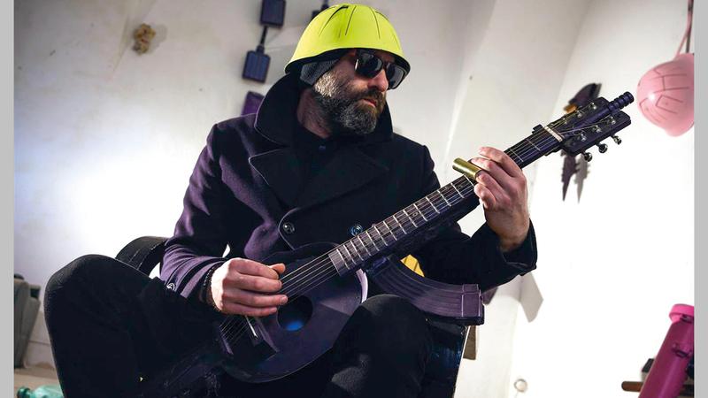 فنان صربي أدوات موسيقية